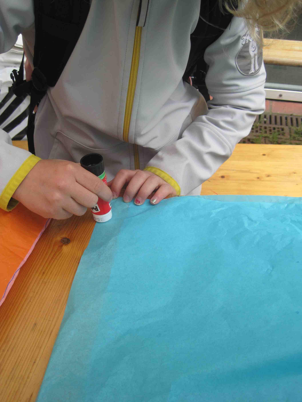 Wenn Ihr die Außenseiten vom Seidenpapier verklebt, achtet darauf, dass die Naht 100%ig hält. Sonst entweicht die heiße Luft und der Ballon fliegt nicht. Foto:(C) Kinderoutdoor.de