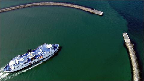 """Beeindruckende Aufnahmen gibt es im film """"Die Ostsee von oben"""" zu sehen, wie hier die Fähre bei Puttgarden. Quelle: vidicom"""