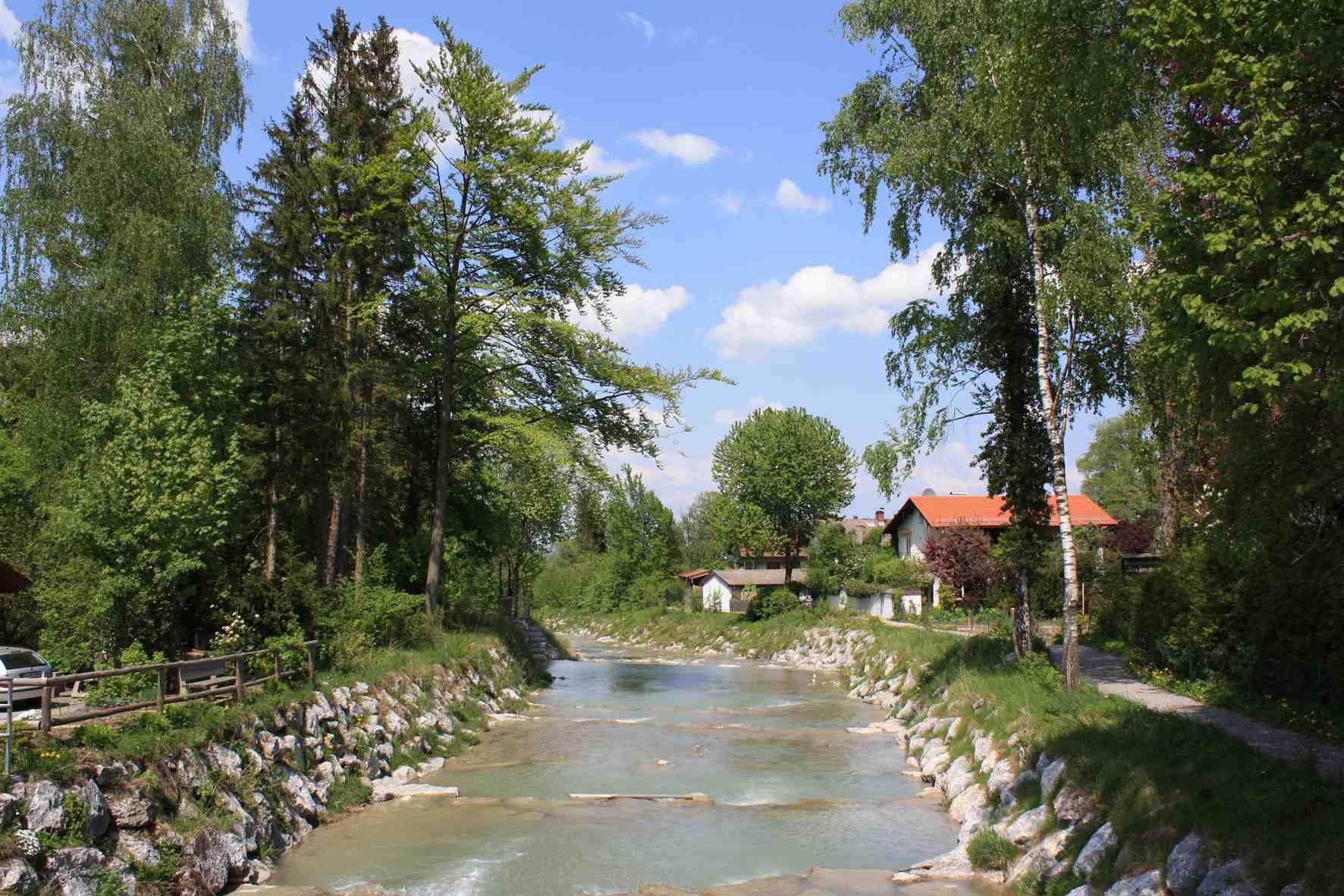 Zum Spielen ans Wasser lädt in Bad Feilnbach das Jenbachparadies Kinder und Erwachsene ein. Copyright: Kur- und Gästeinformation Bad Feilnbach
