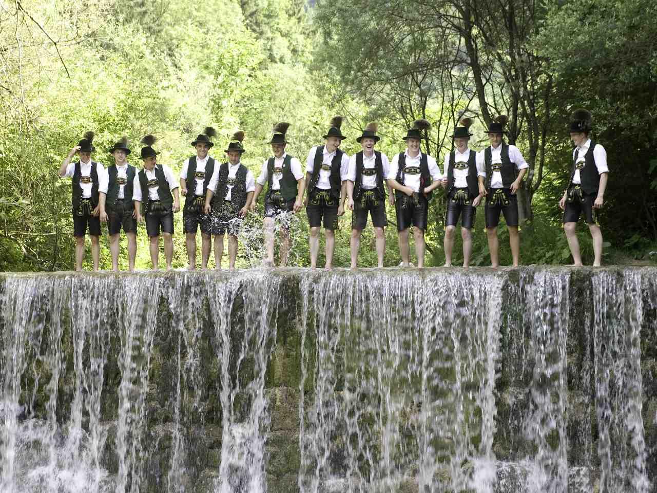 Zünftig geht es für Kinder und Erwachsene im Jenbach zu. Hier können die kleinen Wasserdetektive den Lebensraum Wildbach erkunden. Copyright: Kur- und Gästeinformation Bad Feilnbach