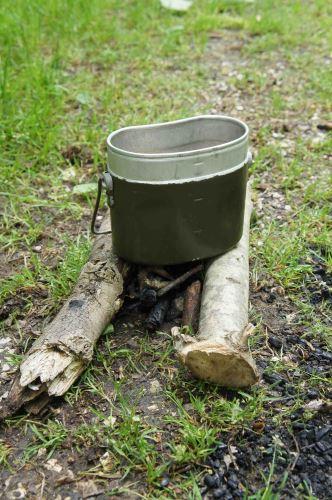 Ein Lagerfeuer bei ihr mit mehreren Pfannen oder Töpfen gleichzeitig kochen könnt: Das Jägerfeuer. Foto: (c) Kinderoutdoor.de