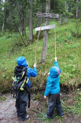 Regen total am Dachstein. Damit es keinem Kind nass eingeht, hilft regelmäßiges imprägnieren der Outdoor Kleidung. Foto.(c) Kinderoutdoor.de