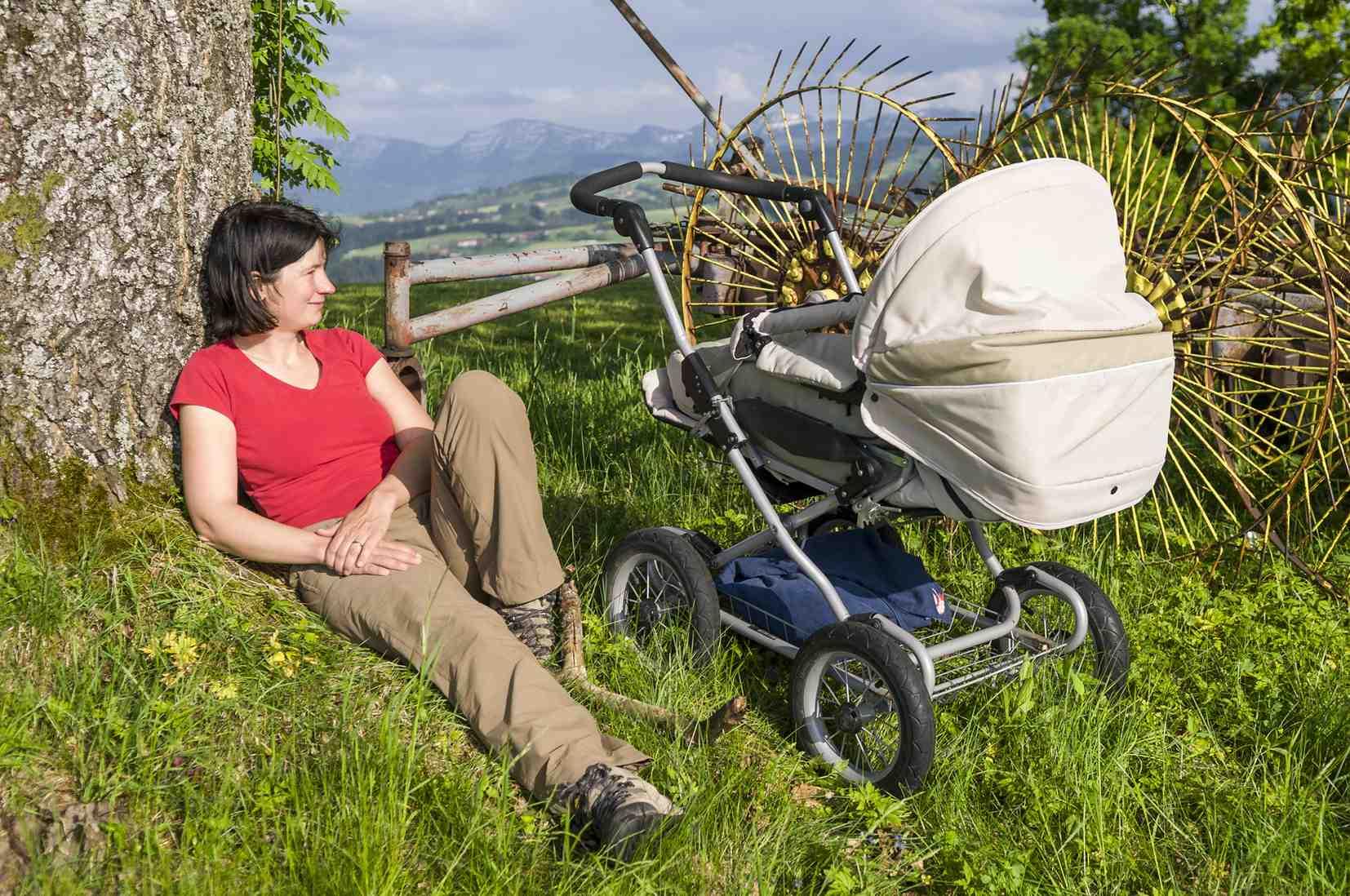 """Mit dem eigenen Chaffeur zur Alm hinauf. Das gilt zumindestens bei den Babys. Sie sitzen oder liegen in den Kinderwägen, während Mama oder Papa schwitzen. In Bad Feilnbach gibt es jetzt die Aktion """"Gipfelstürma"""". Copyright: ARochau Bad Feilnbach"""