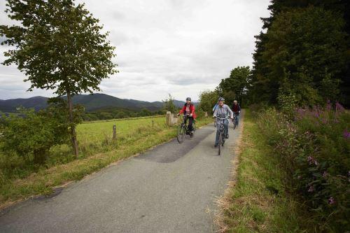 """Auf der neuen Radstrecke im Sauerlang lässt sich auf ehemaligen Bahndämmen eine wunderbare Radtour mit Kindern unternehmen Bildnachweis """"Ferienwelt Winterberg"""""""