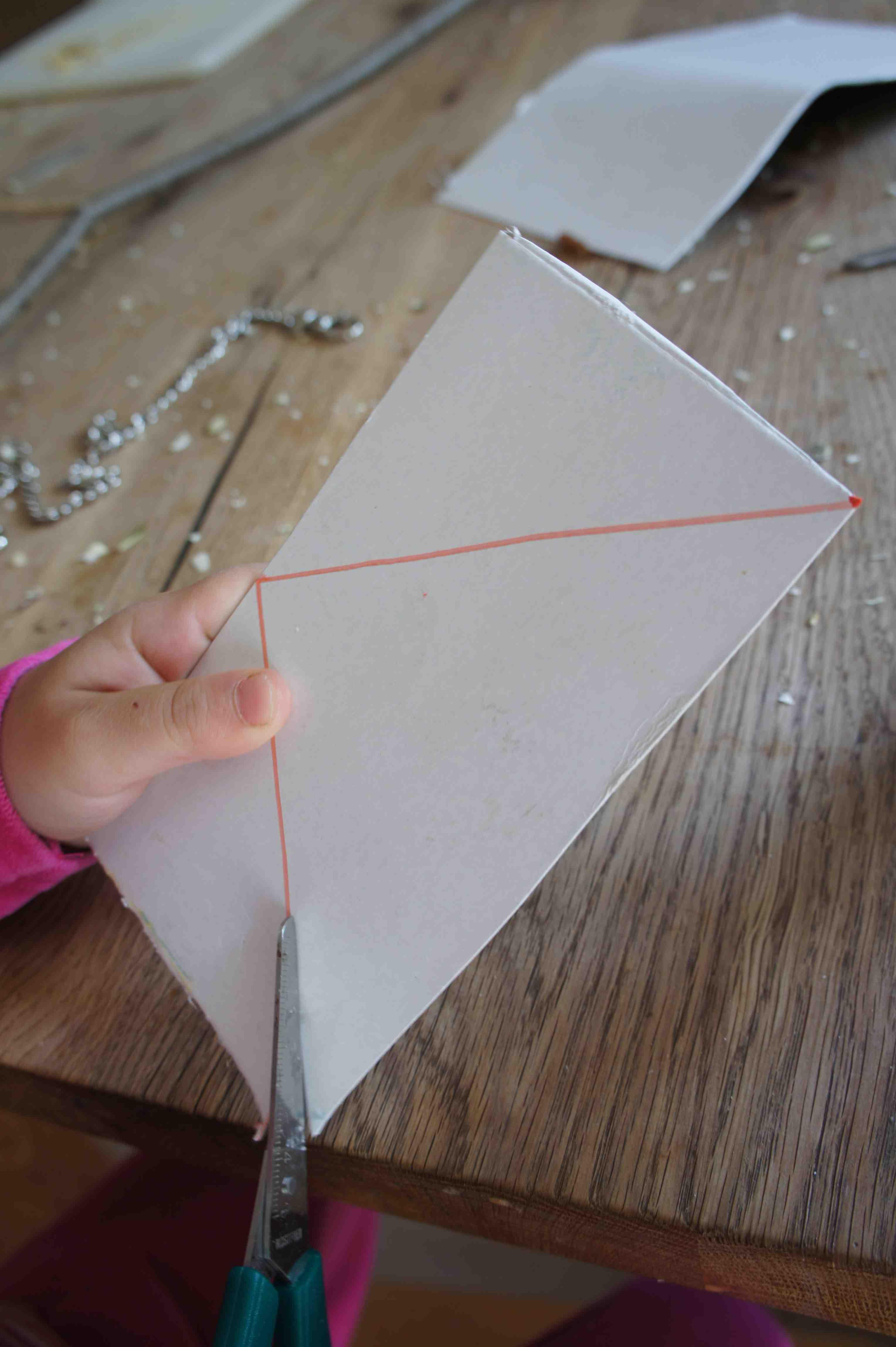 Nicht aus Pappe! Hier entstehen die Flügel für unseren Wurfpfeil. Das Material dazu gibt es gratis aus der Altpapier-Tonne. Foto: (c) Kinderoutdoor.de