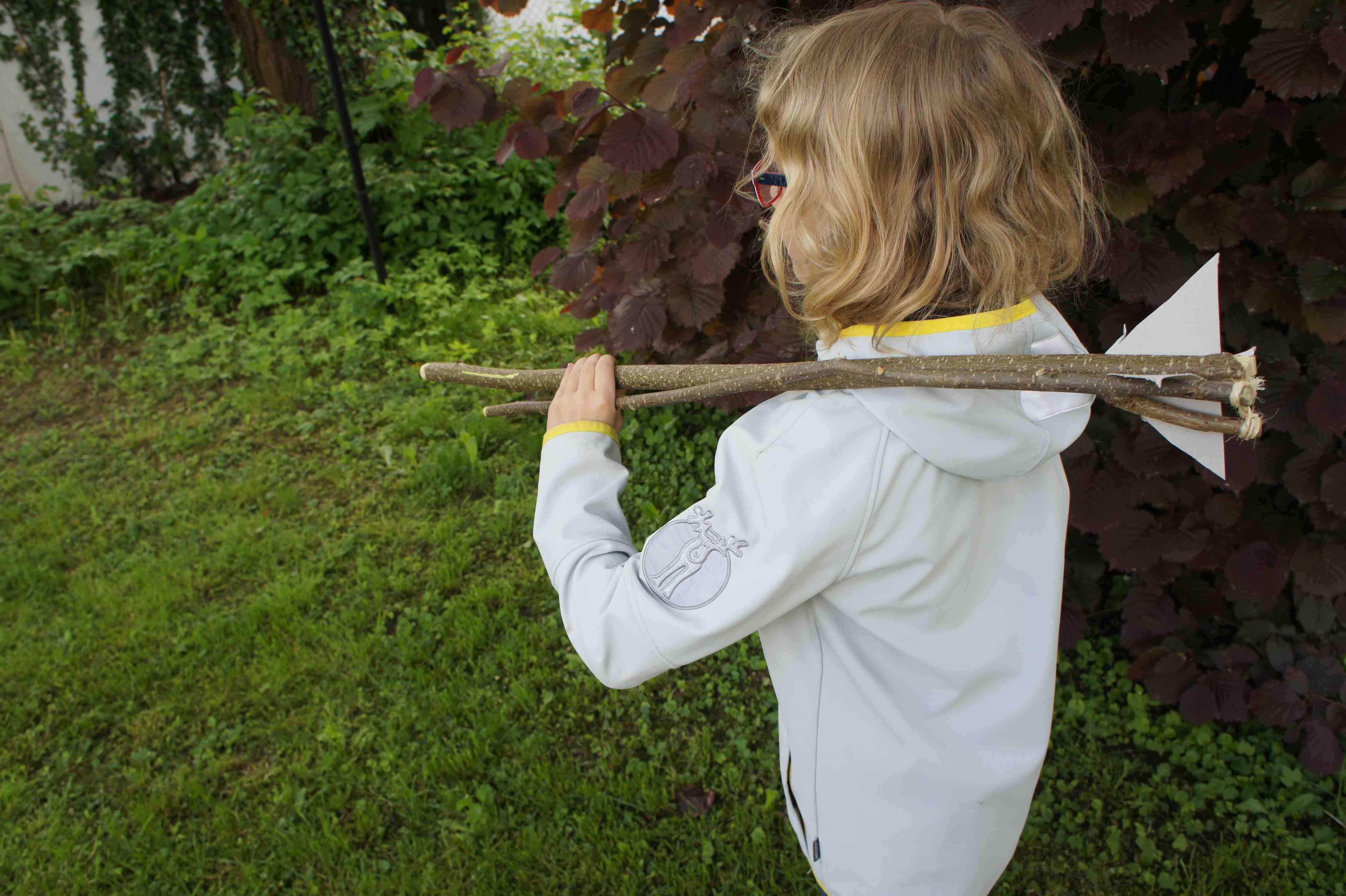 Mit ein wenig Übung könnt Ihr bald den Wurfpfeil richtig weit schleudern.  Foto: (c) Kinderoutdoor.de