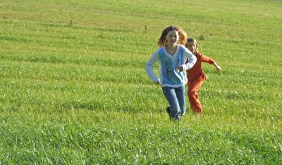 Ein ideales Spiel für einen Kindergeburtstag draussen ist das Sommerbiathlon. Ihr habt wenig Aufwand und die Kinder können sich richtig verausgaben. Foto:(c) Rainer Sturm  / pixelio.de