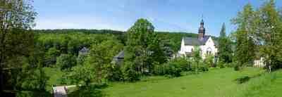 """Ein lohnendes Ziel am Rheinsteig ist das Kloster Eberbach. Hier wurde auch der Film """"Im Namen der Rose"""" gedreht. Foto:  Makrodepecher  / pixelio.de"""