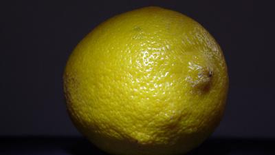 Hilfe bei Mückenstiche bietet eine aufgeschnittene Zitrone. Foto: Lupo  / pixelio.de
