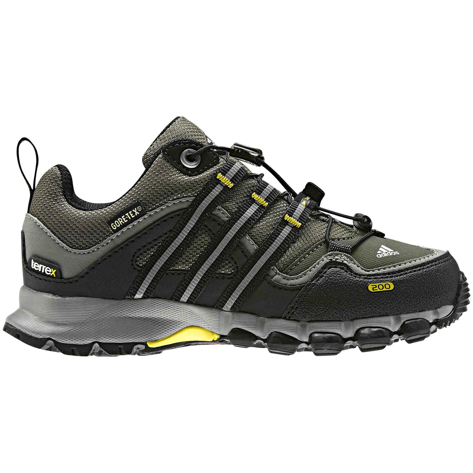 Trockene Füße, gut gelaunte Kinder beim Wandern. Der adidas Terrex Low GTX verhindert mit seinem Gore Tex Futter familiäre Bergdramen. Foto:(c) adidas AG