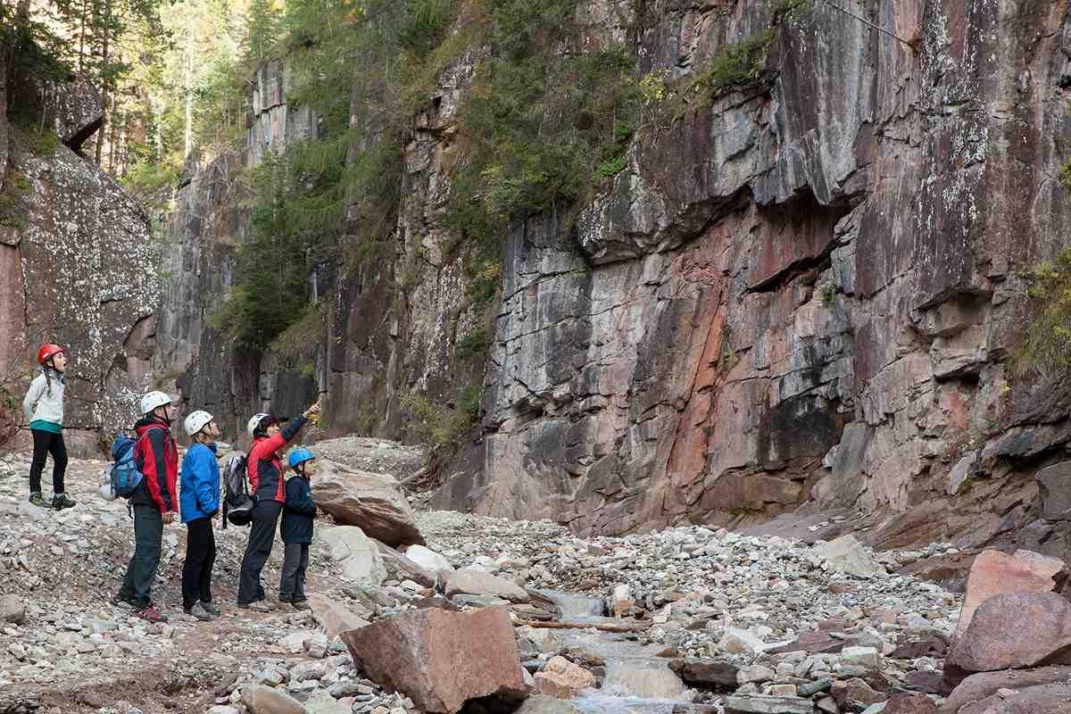 Dino-Spuren sind zu sehen, von Langeweile keine Spur! In der Bletterbachschlucht wandern die Kindern gerne beim Familienurlaub in Südtirol. Copyright: Geoparc Bletterbach