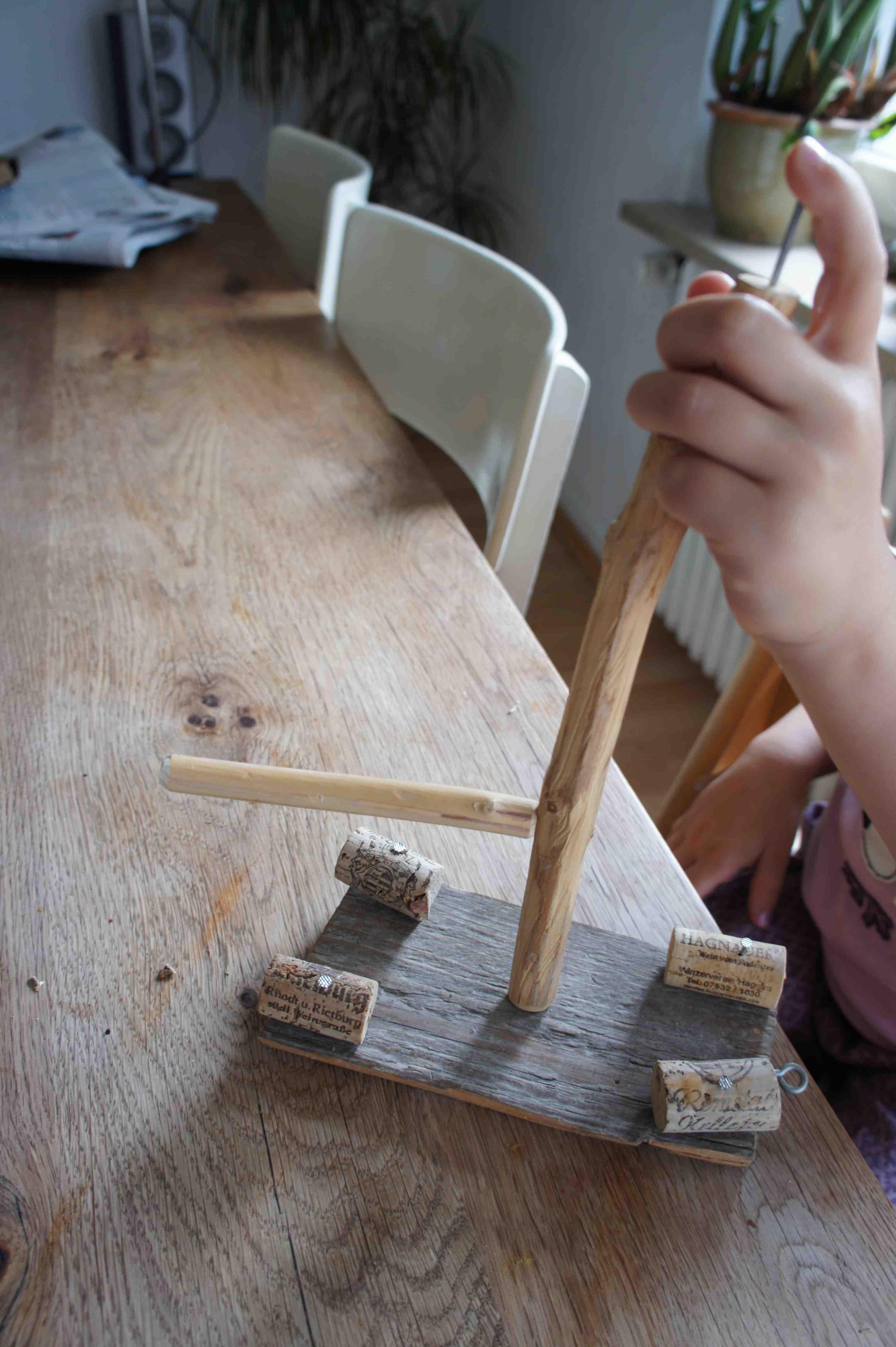 Oben auf dem Masten befestigt Ihr einen Nagel und im unteren Drittel den Querbaum. Foto.(c) Kinderoutdoor.de