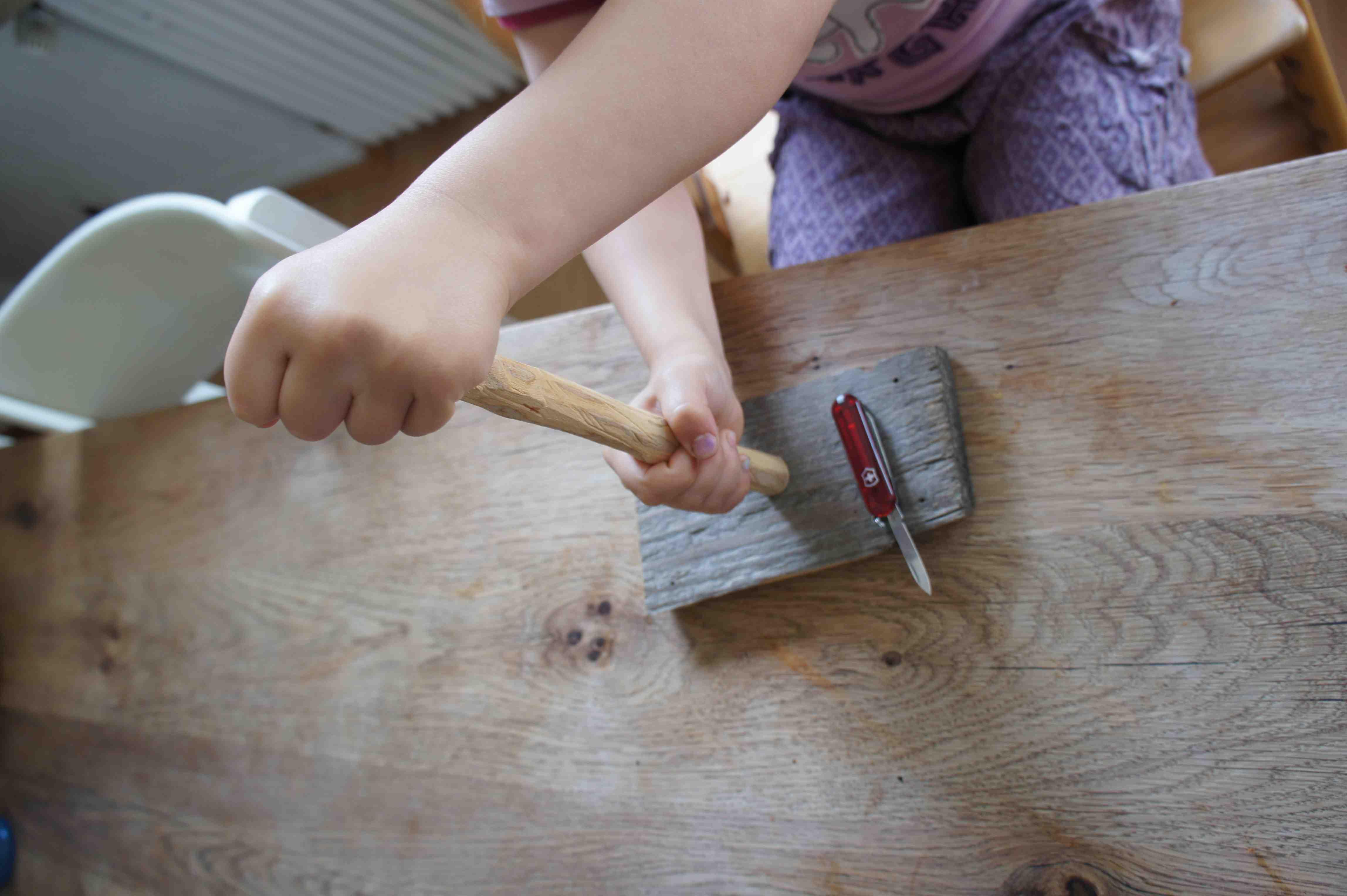 Steckt den Masten auf den Nagel.  Foto: (c) Kinderoutdoor.de