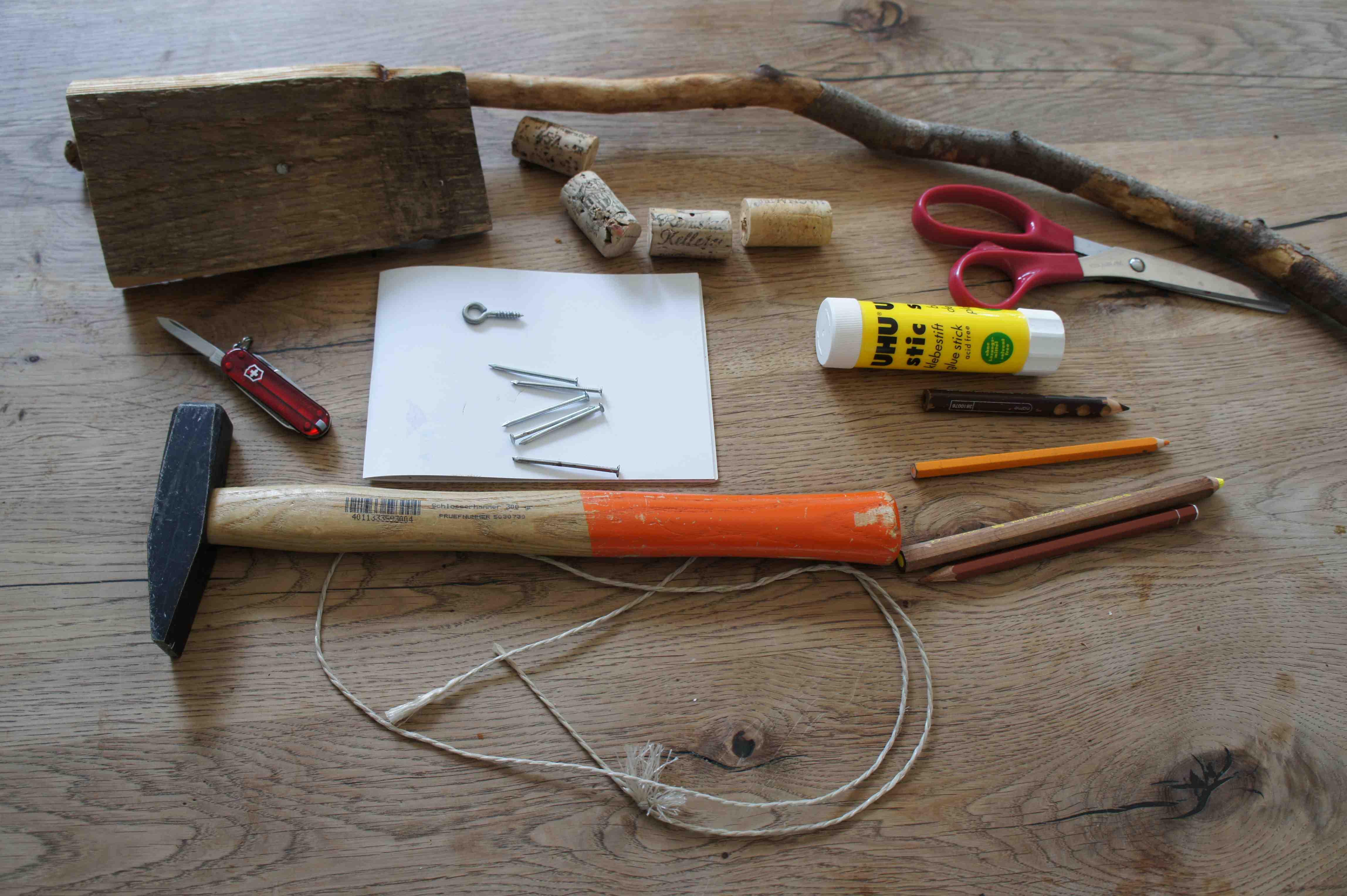 Hier ist das Material für den Bau von unserem Segelschiff. Alles habt Ihr sicher zuhause. Foto: (c) Kinderoutdoor.de