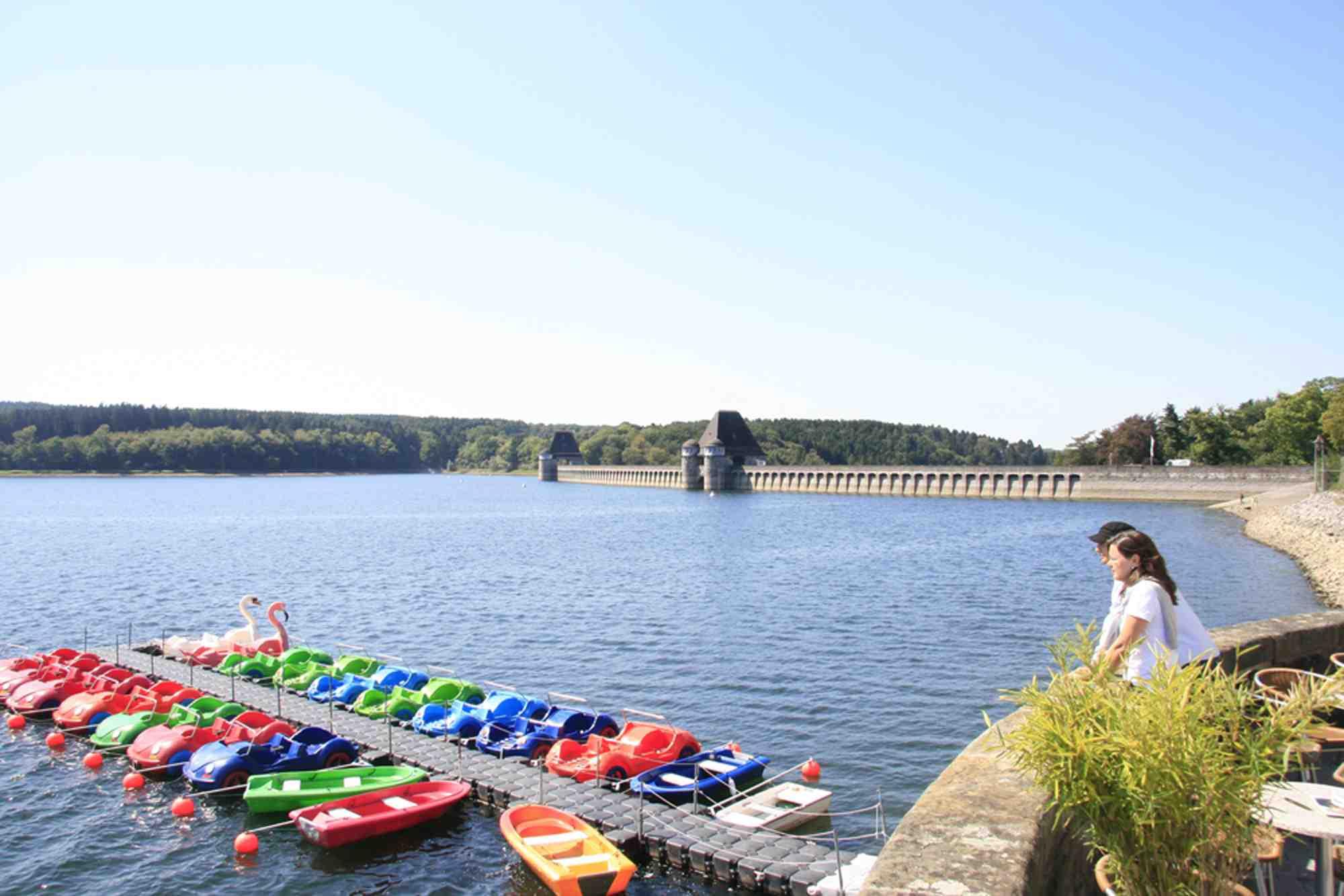 Bei einer Führung können Outdoor Kinder und deren Familien die Staumauer am Möhnesee kennenlernen. Foto: (c) Möhnesee Touristik