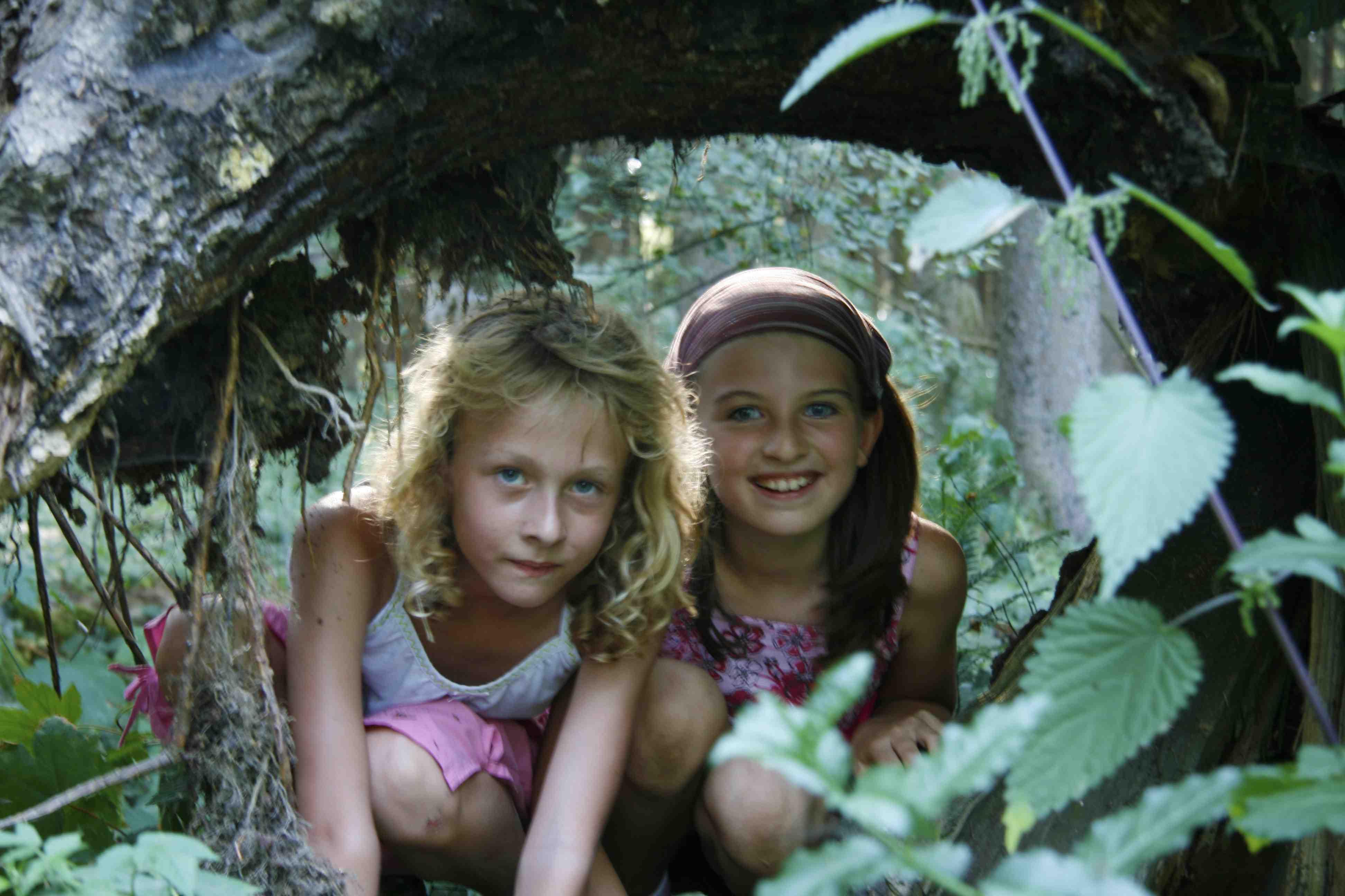 Im Arnsberger Wald sind diese beiden Outdoor Kinder unterwegs und entdecken die Natur um den Möhnesee. Foto: (c) Möhnesee Touristik