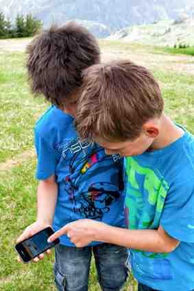 Outdoor Kinder suchen Meister Petz im Bären Caching Park von Serfaus-Fiss-Ladis. Foto: (c) Andreas Kirschner Fiss