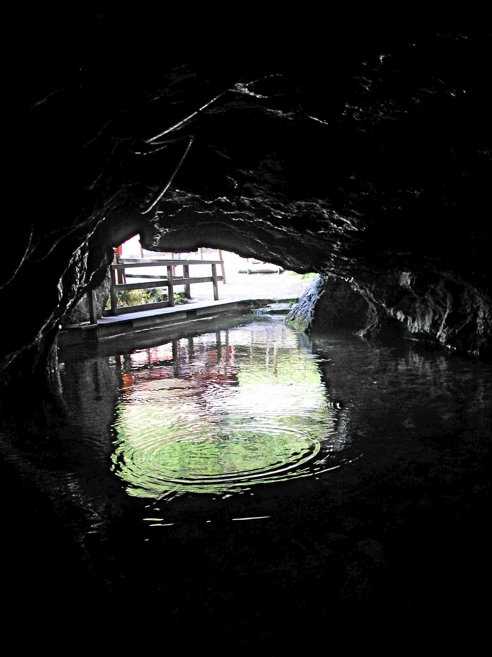 Die einzige Höhle in Deutschland, die mit einem Kahn zu befahren ist, befindet sich auf der schwäbischen Alb: Die Wimsener Höhle. Foto:(c) Kinderoutdoor.de