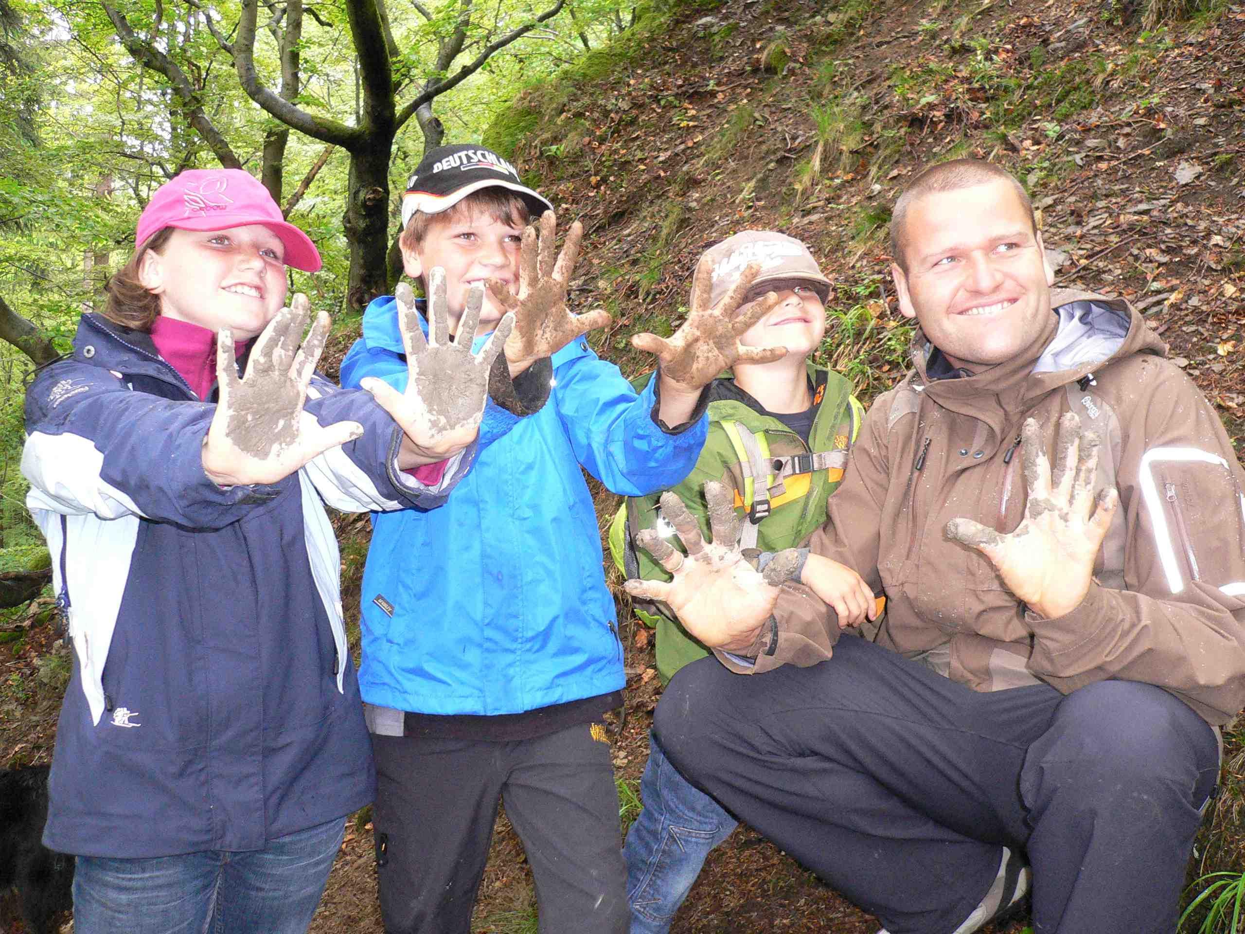 In der Ferienwelt Winterberg entdecken die Outdoor Kinder bei Erlebniswanderungen die Natur. Foto: (c) Ferienwelt Winterberg