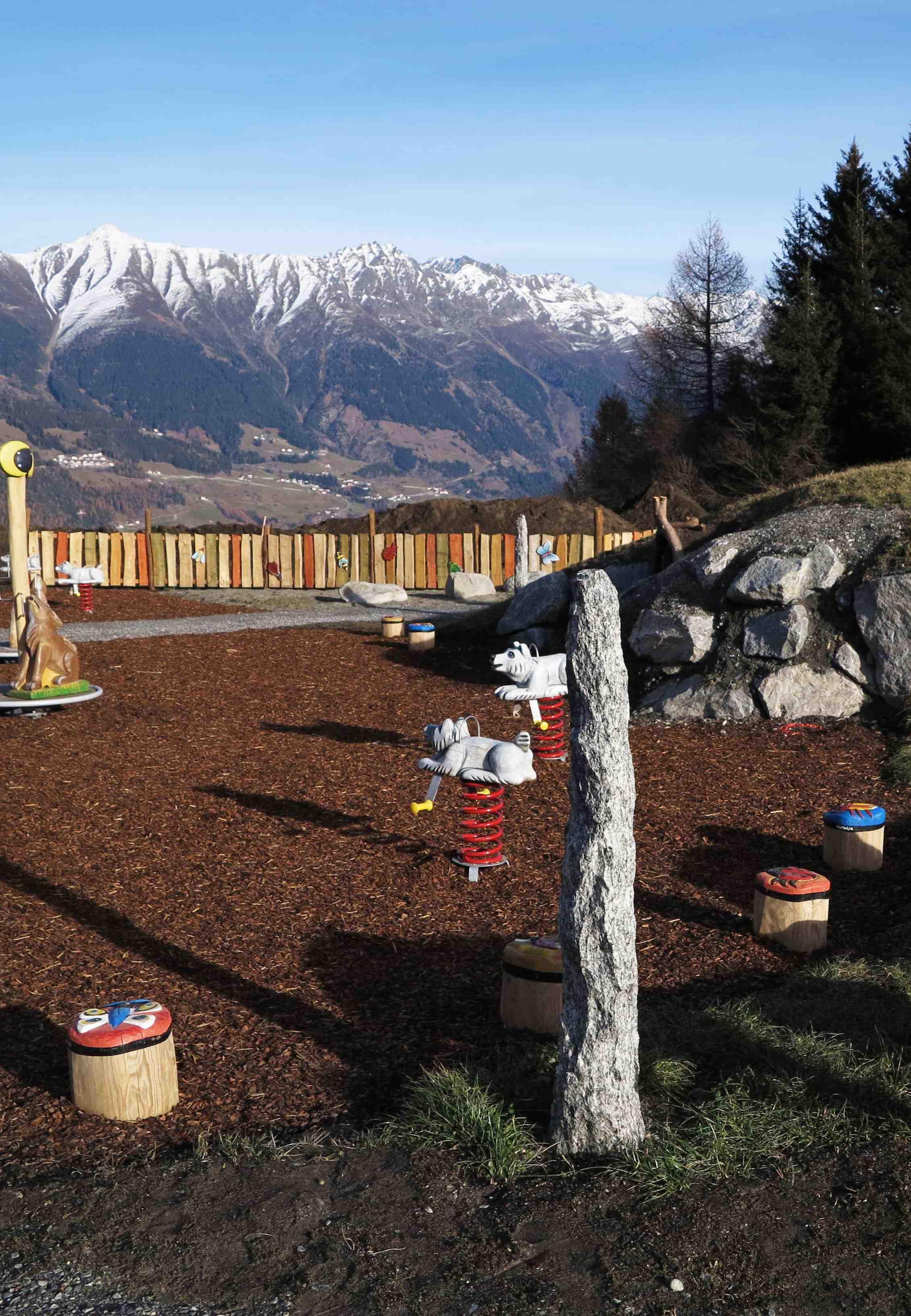 Hier können die Outdoor Kinder nach Herzenslust vor einer tollen Bergkulisse im Sommerurlaub spielen: Der Wolfsee.  Foto: (c) peter mertz