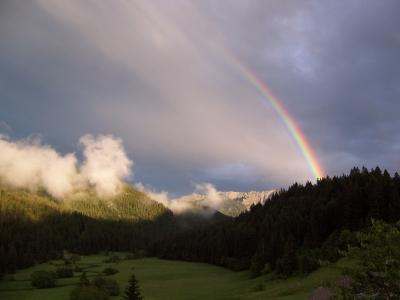 Regenbogen über den Bergen. Diese Aufnahme entstand in der Nähe der Albert Link Hütte, einer Berghütte in Bayern. Foto: (c) Bertel  / pixelio.de