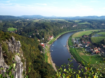 Die Sächsische Schweiz ist auch zum Teil ein Nationalpark. Für alle aktiven Outdoor Familien lohnt sich dort ein Besuch! Foto: Hufeisennase  / pixelio.de