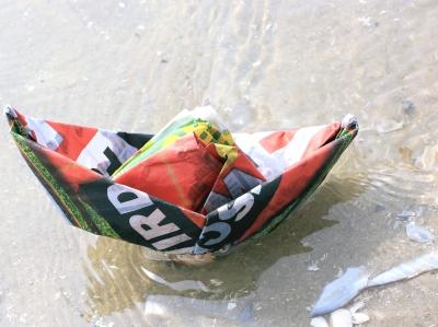 Leinen los! Wenn beim Kindergeburtstag das Motto Piraten ist, dann gehört zur Schnitzeljagd eine Papierschiff- Regatta dazu.  Foto: (c) Rike  / pixelio.de