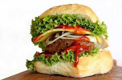 Lecker Essen! Schnell und einfach einen Outdoor Hamburger am Lagerfeuer kochen. Wir zeigen Euch, wie es geht. Foto: (c) birgitH  / pixelio.de