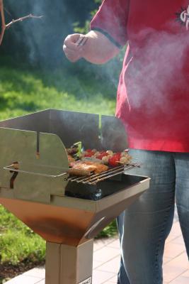 Was Gutes auf den Grill: Eine leckere Alternative zu Fleisch und Wurst sind gegrillte Tomaten. Foto: (c) Uwe Steinbrich  / pixelio.de
