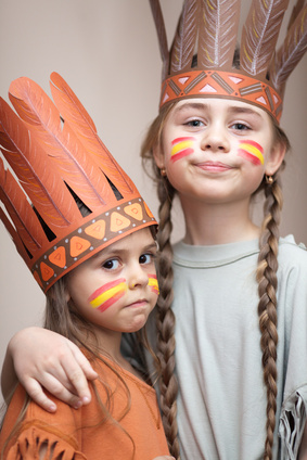 Bevor Ihr mit den Gästen am Kindergeburtstag zur Schnitzeljagd loszieht, ist verkleiden angesagt. Foto: © waldru - Fotolia.com