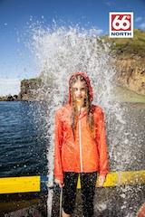 Eine Allwetterjacke die nur 117 g wiegt hat die isländische Marke 66 North im Sortiment.  Foto: (c) 66 North
