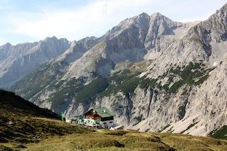 Den Urlaub mit der Familie auf der Berghütte verbringen. Von der Stadt in die Bergeinsamkeit: Innsbruck ermöglicht Citytrip mit Berganschluss und bietet ab sofort eine Übernachtung in der urigen Pfeishütte - inklusive Traumpanorama und einmaligen Bergerlebnissen. Copyright: Pfeishütte