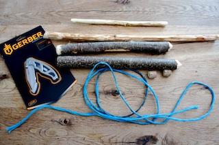 Die Outdoor Kinder bringen Holz zum Klingen. Wir basteln aus getrockneten Ästen, einer starken Schnur, Taschenmesser und einem Stück Holunderholz ein Baumxylophon.  Foto: (c) Kinderoutdoor.de