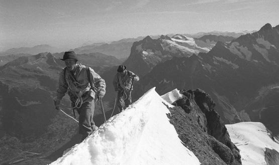 Mammut Pro-Athlet Stephan Siegrist und Michal Pitelka durschtiegen 2002 die Eiger Nordwand in der Ausrüstung von 1938. Foto: (c) Quelle: Thomas Ulrich
