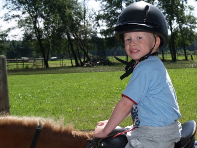 Reiterferien in Niedersachsen ist für die ganze Familie ein Erlebnis. Foto: (c) Martin Treide-Heuser  / pixelio.de
