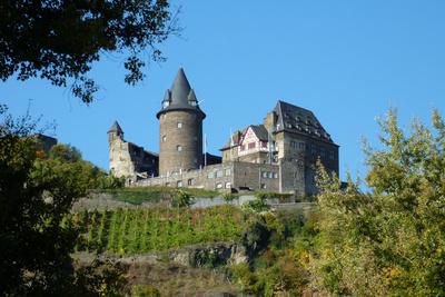 Eine der bekanntesten Jugendherbergen in Deutschland ist die Burg Stahleck bei Bacharach oberhalb des Rheins.  Foto: Ingrid Kranz  / pixelio.de