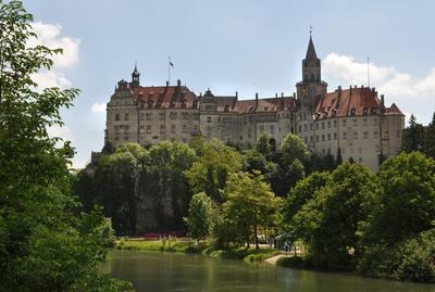 Wer in der Jugendherberge Sigmaringen absteigt, sollte unbedingt das beeindruckende Schloss vor Ort ansehen. Foto: (c)  Ruth Rudolph  / pixelio.de