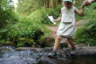 Beim Geocaching kennen Kinder keine Hindernisse! Auch die Sankenbach Furt ist zu packen. Foto. (c) Kinderoutdoor.de