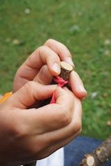 Gleich ist die Steinschleuder einsatz bereit: Den Gummi spannen und los geht´s! Foto: (c) Kinderoutdoor.de