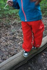 Volle Bewegungsfreiheit bietet die Outdoor Hose Keksi von Finkid. Foto: (c) Kinderoutdoor.de