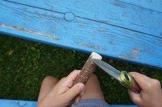 Abrunden! Damit sich beim Spielen niemand weh tut, rundet mit dem Taschenmesser die Enden vom Haselnuss-Ast ab. Foto: (c) Kinderoutdoor.de