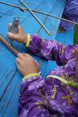 Bohrn to be wild! Mit dem Dorn vom Messer bohrt Ihr zwei Löcher an einem Ende des Astes hinein.  Foto: (c) Kinderoutdoor.de