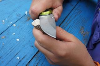 Unsere kleinen Holzschnitzer schneiden jetzt vom kleinen Stück Holz eine Kerbe ab.  Foto. (c) Kinderoutdoor.de