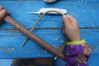 Durch die beiden Löcher steckt Ihr den dünnen Zweig und schneidet ab, was übersteht.  Foto: (c) Kinderoutdoor.de