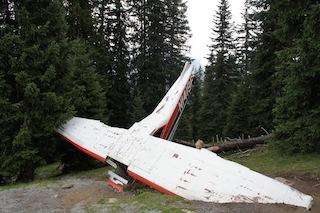 Das Flugzeugwrack ist beim Abenteuerberg gefunden. Doch wer hat es geflogen und was hat es mit den ominösen Kisten im Wald auf sich? Outdoor Kinder lösen beim Urlaub in Tirol einen Krimi. Foto: (c) kinderoutdoor.de