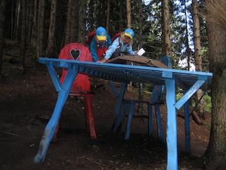 Auf dem Hexenweg in Fiss ist auf den Tisch steigen erlaubt! Foto: (c) Kinderoutdoor.de
