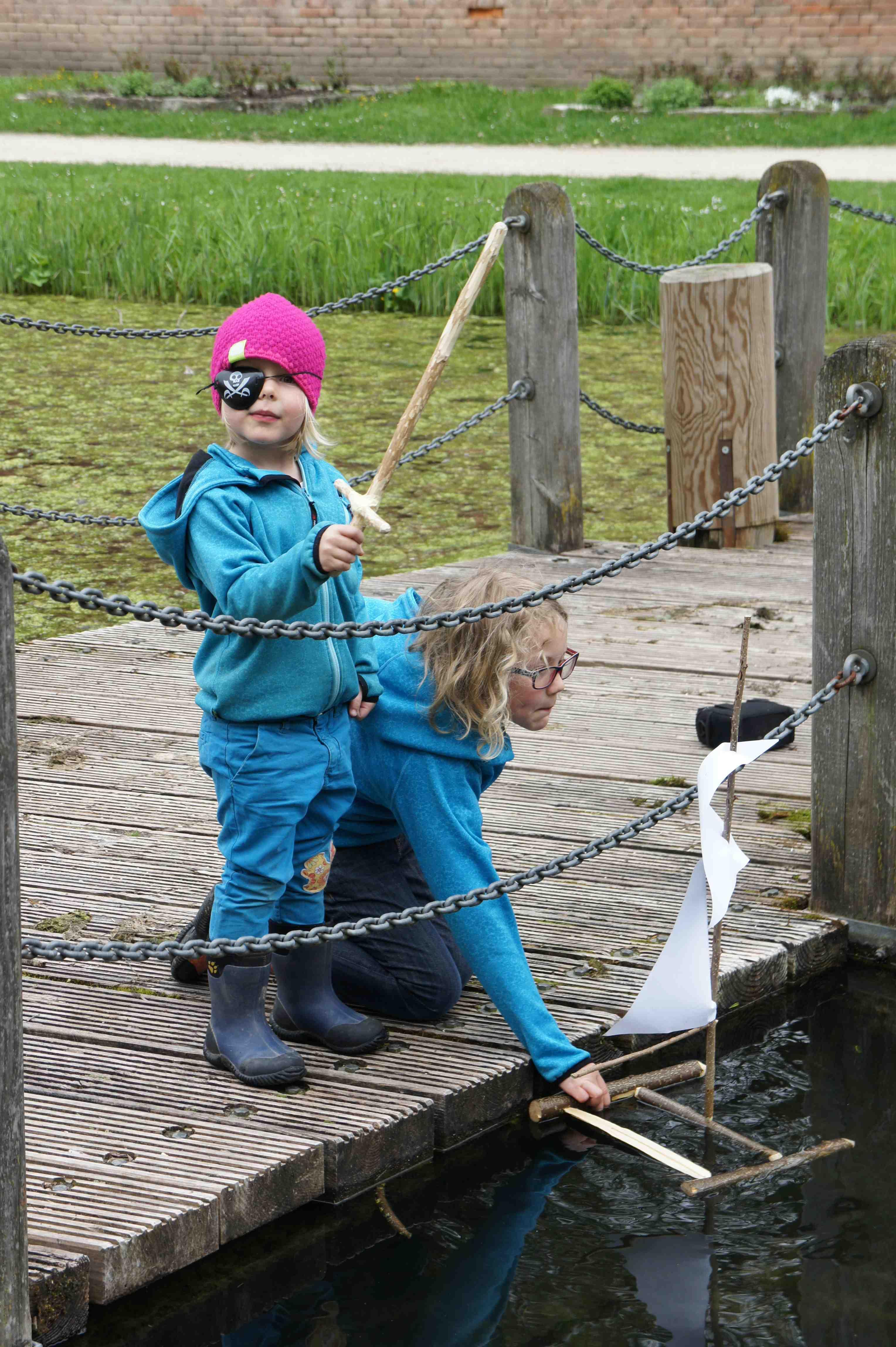 Ein Holzschiff begeistert die Kinder beim Spielen am Wasser. Foto: (c) Kinderoutdor.de