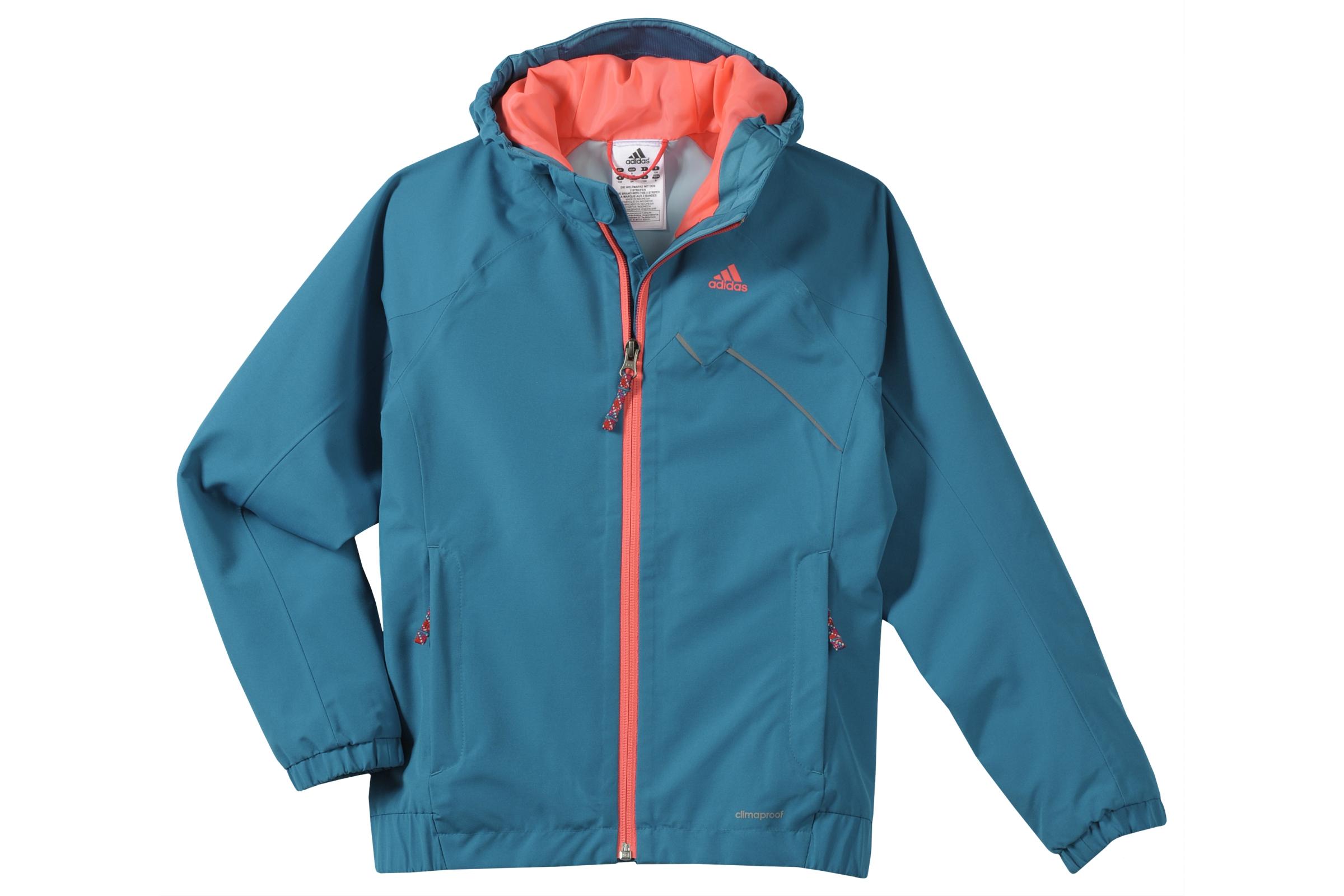 Gegen Schmuddelwetter, helfen drei Streifen! Adidas hat mit dem Kids Grody Jacket eine schicke Regenjacke für Kinder. Foto: (c) adidas ag