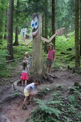 Auf dem Holzweg! Beim Familienurlaub in Baiersbronn lernen Kinder und Erwachsene viel Neues über den Wald. Foto: (c) Kinderoutdoor.de