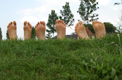 Freiheit für die Füße! Bei einem Barfußweg haben die Schuhe Pause! Foto: (c) S. Hoschlaeger  / pixelio.de
